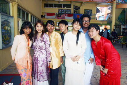 Racial Harmony Day Singapore 2007 - Rinaz is the one in yellow top and black pants