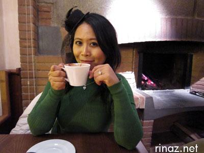 Rinaz drinking cioccolata calda a Locanda lo specchio di Diana