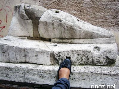 Giant foot - rinaz.net