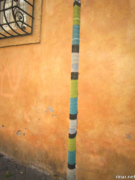 rinaz.net Knitted sign pole in Trastevere, Rome Italy