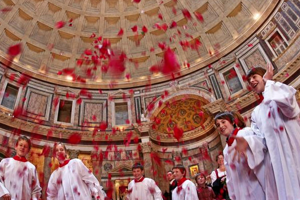 Rain of roses at Pantheon
